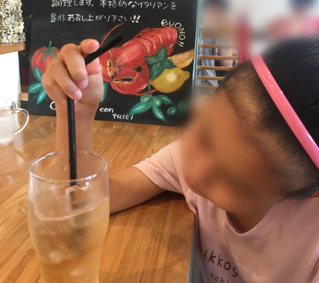 ポルコロッソ高蔵寺店でジュースを飲みながら料理を待っています。