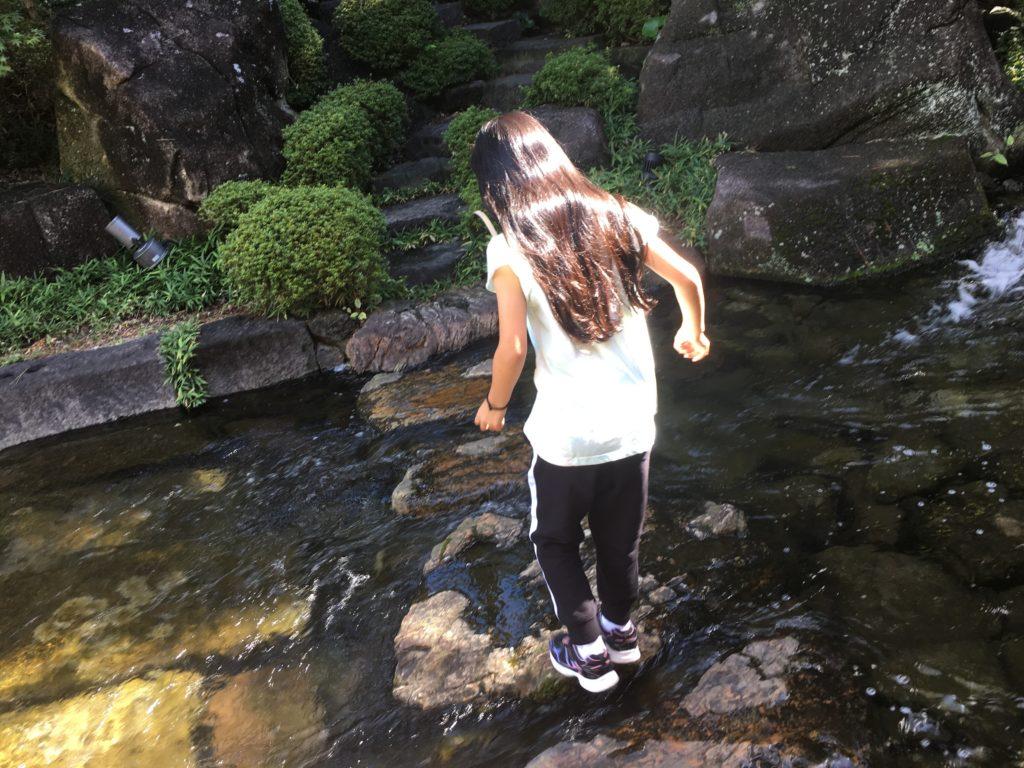 徳川園の飛び石を渡る子供