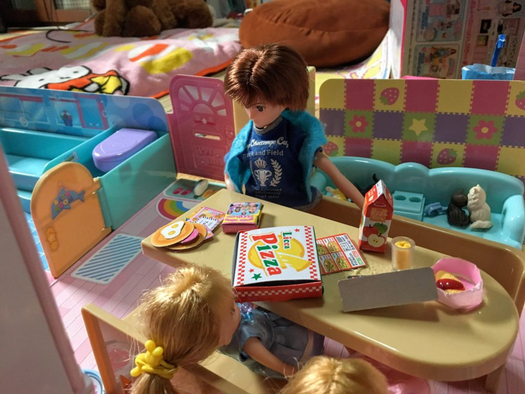 リカちゃんハウスで遊ぶ子ども