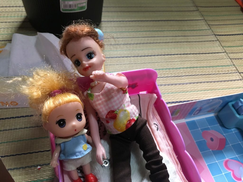 人形あそびをする小学生