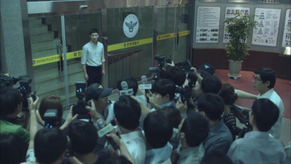 シグナル韓国ドラマ第1話、マスコミの前で真実を暴露するパク・ヘヨン(イ・ジェフン)