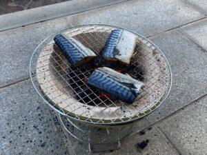 七輪で魚を焼く